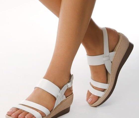 Czyszczenie skórzanych i zamszowych sandałów