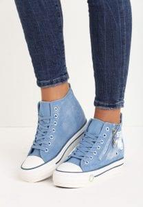 Jeansowe sneakersy na koturnie