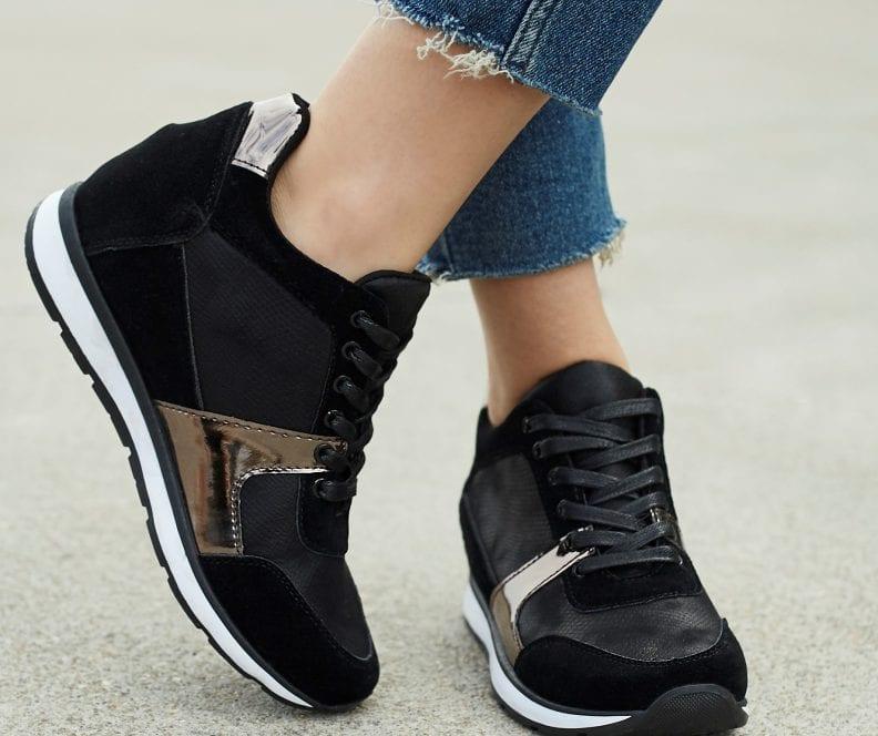 Czarne sneakersy stylizacje