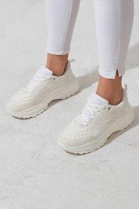 Białe sneakersy - stylizacje z sukienką