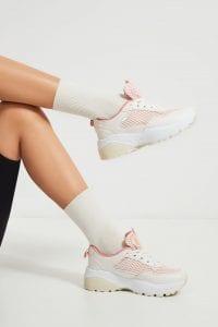 Białe sneakersy - stylizacje do pracy