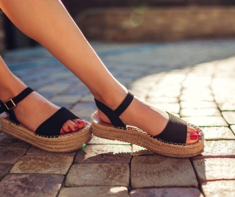 Czarne sandały stylizacje