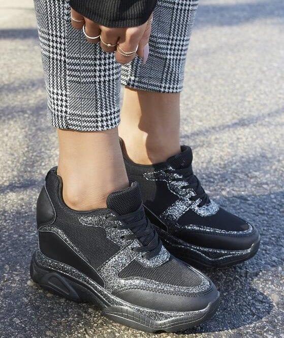 Sneakersy na koturnie stylizacje