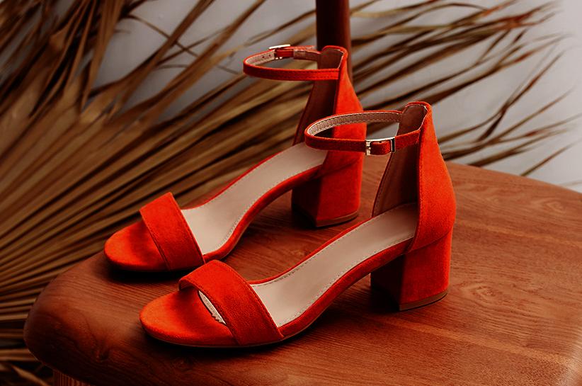 Czerwone sandały – klasyk, który ożywi każdą stylizację