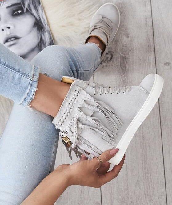 jak nosić sneakersy z frędzlami