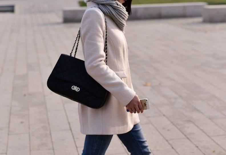 jak nosić biały płaszcz