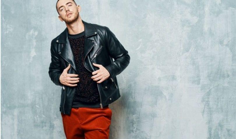 Na jaką stylizację z czerwonymi męskimi spodniami warto postawić?