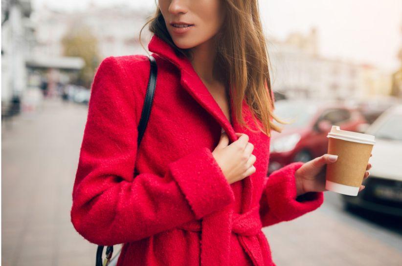 Czerwony płaszcz – stylizacje i inspiracje Born2be