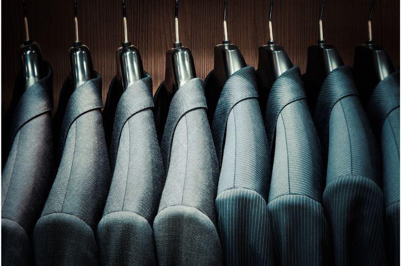 Jak prać garnitur? Przedstawiamy podstawowe zasady dbania o ten element garderoby