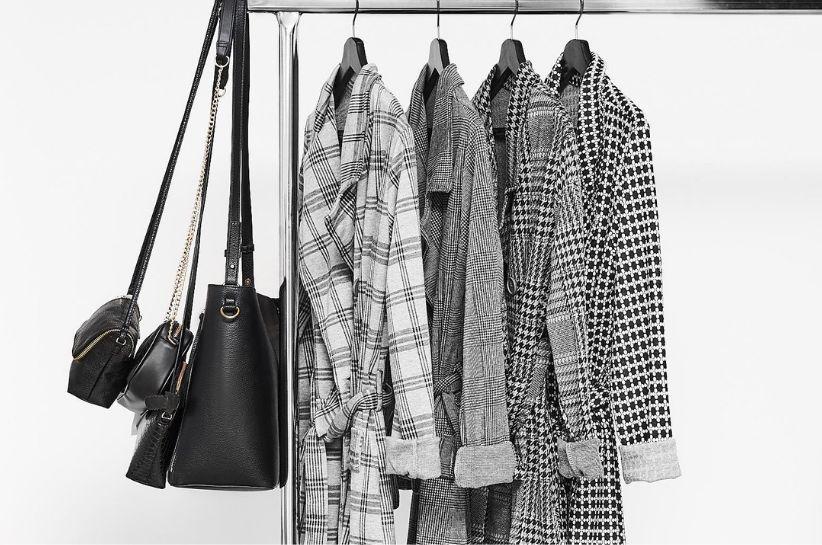 Płaszcz w kratę – stylizacje do biura i na co dzień
