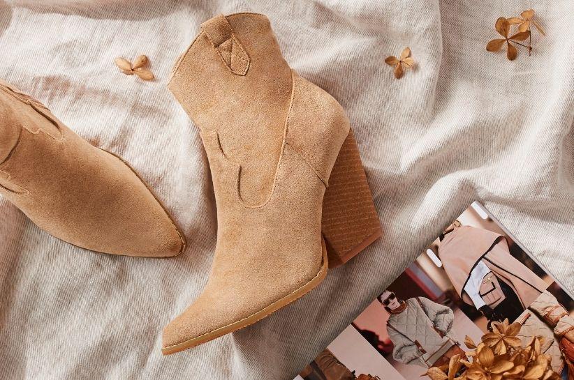 Najmodniejsze stylizacje z beżowymi botkami – te zestawy zachwycają!