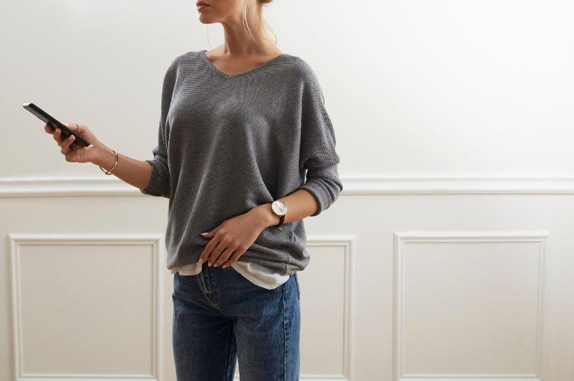 Jakie dobrać dodatki do szarego swetra