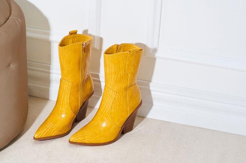 Stylizacje z żółtymi butami. Jak nosić ten kolor, żeby wyglądać modnie?