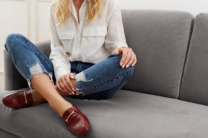 Stylizacje z bordowymi butami. Z czym zestawić ten kolor?