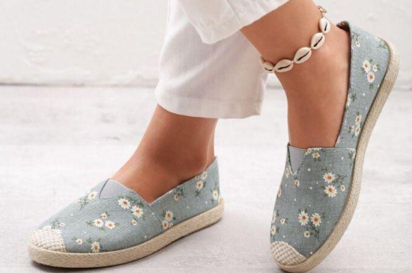 Stylizacje z butami w kwiaty. Z czym możesz zestawić kwiatowy wzór?