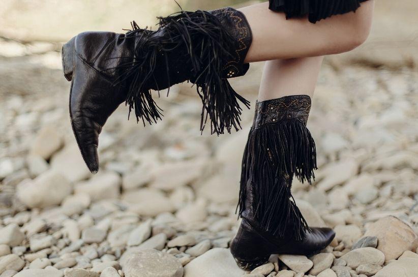 Buty z frędzlami: stylizacje na jesień i zimę. Jak je skompletować, żeby osiągnąć modny efekt?