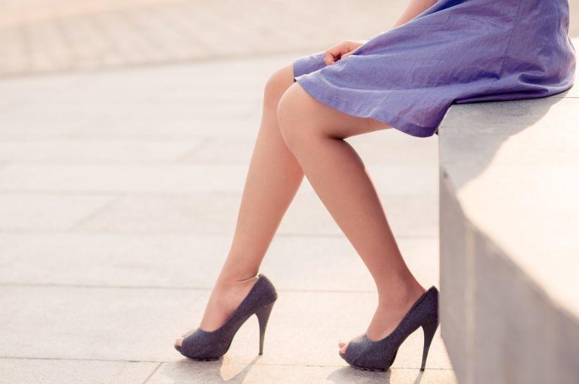 Stylizacje z fioletowymi butami. Jak urozmaicić swoją szafę?