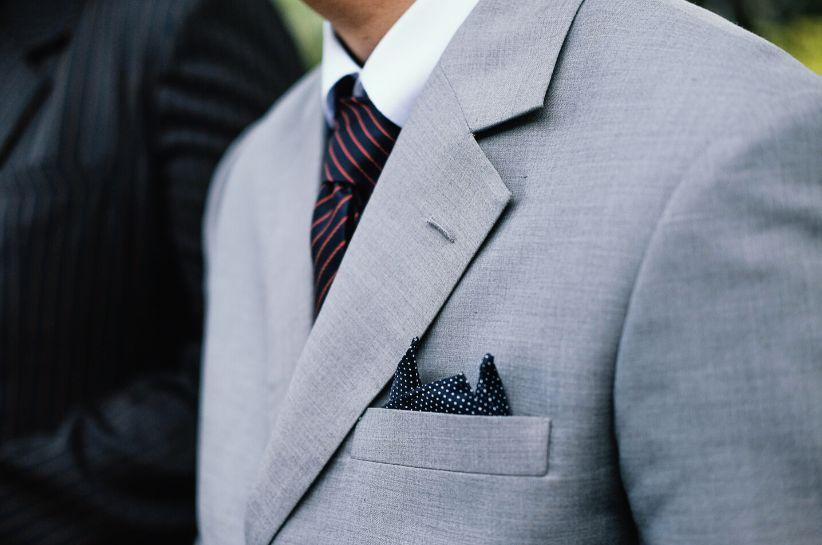 Jaki krawat do szarego garnituru