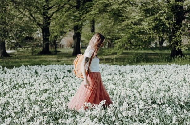 Hit sezonu, czyli spódnica w kolorze pudrowego różu. Podpowiadamy najlepsze stylizacje