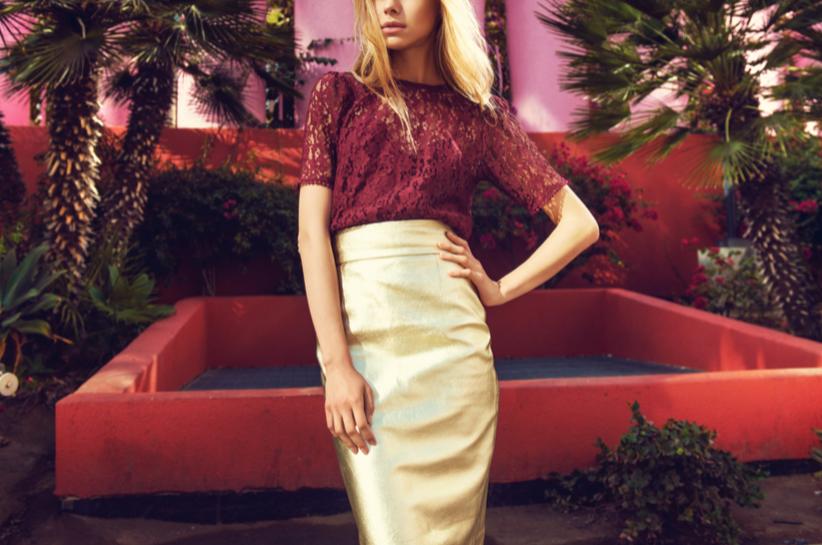 Stylizacje ze złotą spódnicą. Jak stworzyć outfit idealny, żeby nie przesadzić?