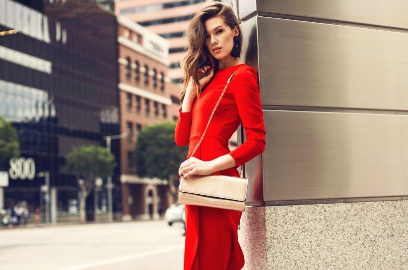 co dobrać do czerwonej sukienki