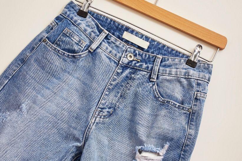Mom jeans – jak budować stylizacje z takimi spodniami?