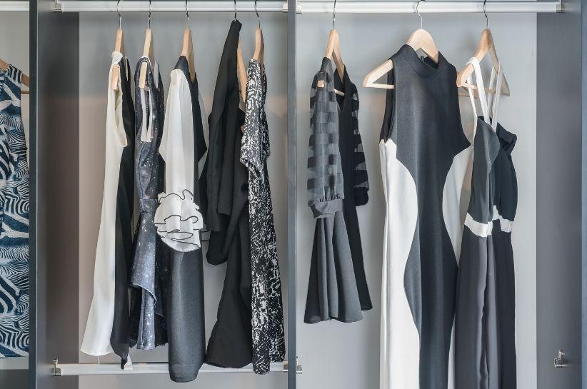 Jak prać czarno-białe ubrania, żeby cały czas wyglądały jak nowe? Doradzamy!