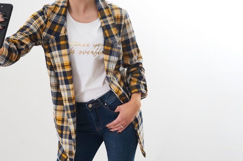 Jak modnie się ubrać? Te tricki odmienią Twój styl!