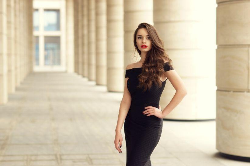 Kultowy model pod lupą – jaka fryzura i makijaż do małej czarnej sprawdzi się najlepiej?