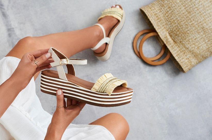 Stylizacje z sandałami, które Cię zachwycą! Sprawdź, jakie sandały damskie są modne w tym sezonie