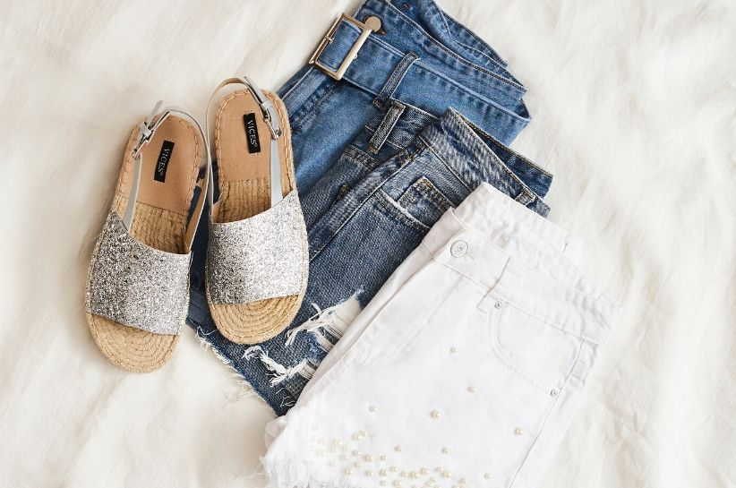Stylizacje ze srebrnymi sandałami. Wszystko, co musisz wiedzieć, by stworzyć modny look