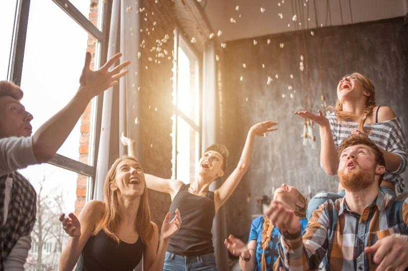 Stylizacje na domówkę – jak ubrać się na imprezę w domu?