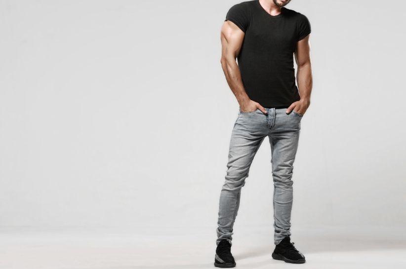 Stylizacje z szarymi jeansami męskimi – sprawdź kilka modnych outfitów