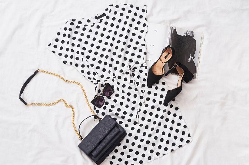 Stylizacje z czarno-białą sukienką w roli głównej