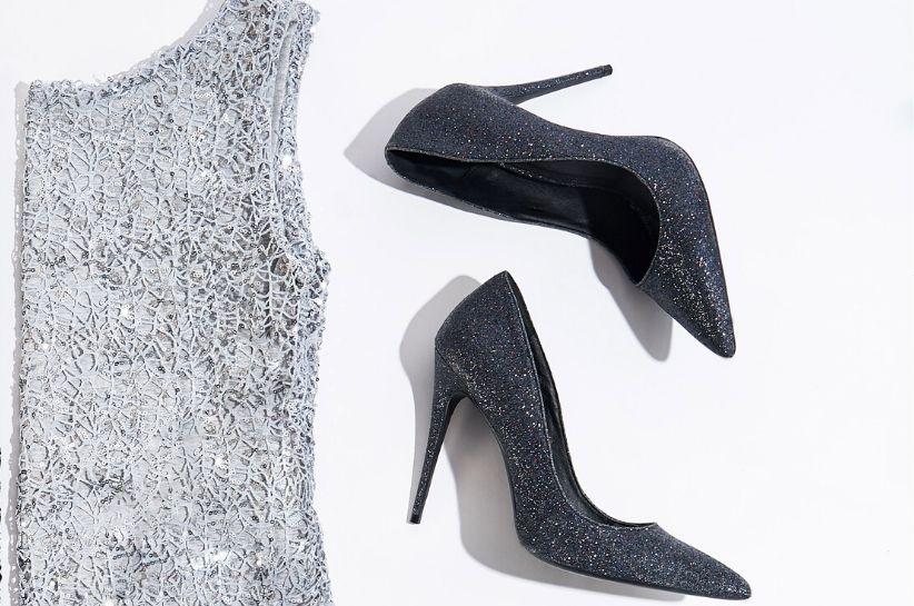 Jakie buty pasują do szarej sukienki? Najpiękniejsze inspiracje