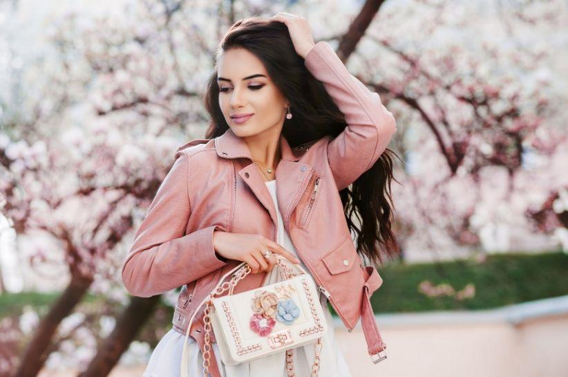 Uroczo, dziewczęco, ale i z klasą. Jakie kolory pasują do pudrowego różu?