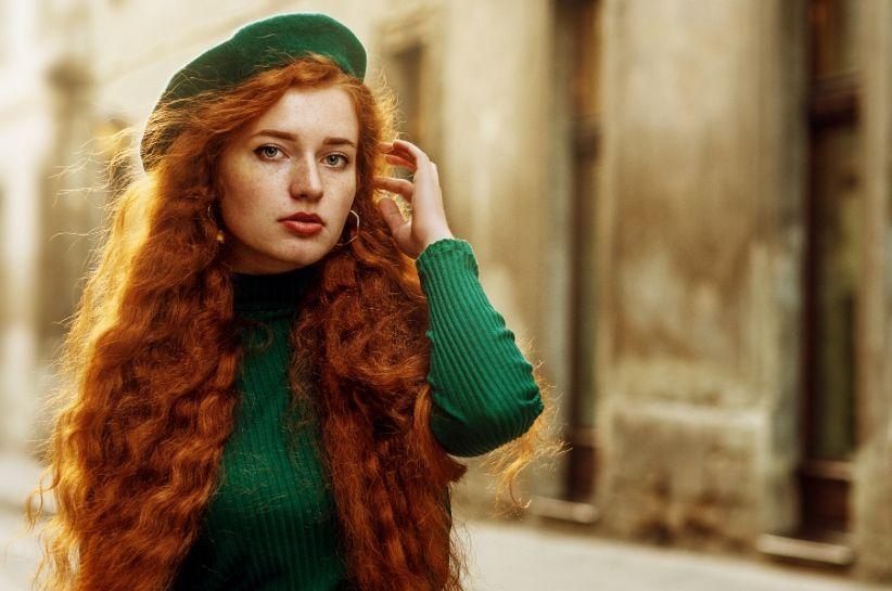 Królewska zieleń, czyli kolor szmaragdowy. Z czym łączyć go w modnych stylizacjach?