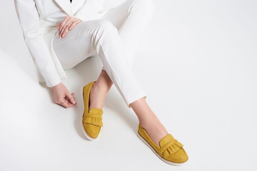 Co założyć do jasnych spodni damskich? Sprawdź gorące stylizacje 2020
