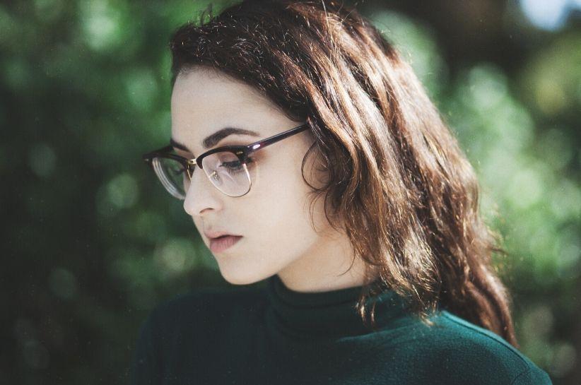 Okulary zerówki – poznaj najlepsze stylizacje z tym modnym dodatkiem!