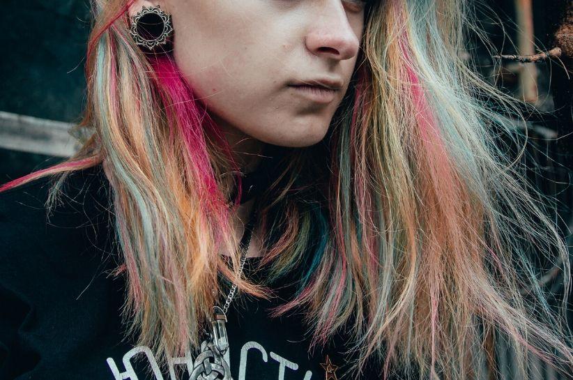 Punkowe stylizacje – czego potrzebujesz, by ubierać się w tym stylu?