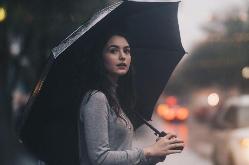 Stylizacje na deszczowe dni – dowiedz się, co założyć, kiedy na dworze pada