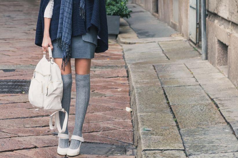Szare zakolanówki – stylizacje wysmuklające nogi