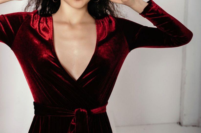 Welurowa sukienka, czyli ukłon w stronę lat 90. Zachwycające stylizacje w nowoczesnej odsłonie
