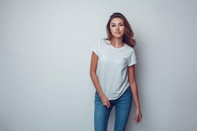 Basic ubrania – co to znaczy i jak je nosić? Proste stylizacje, którymi zachwycisz!