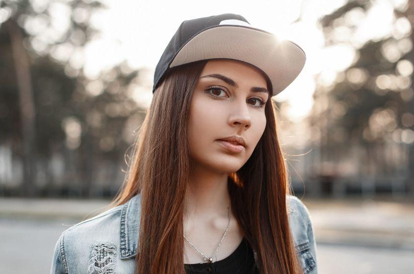 Jak dobrać czapkę z daszkiem? Wskazówki dla kobiet i mężczyzn