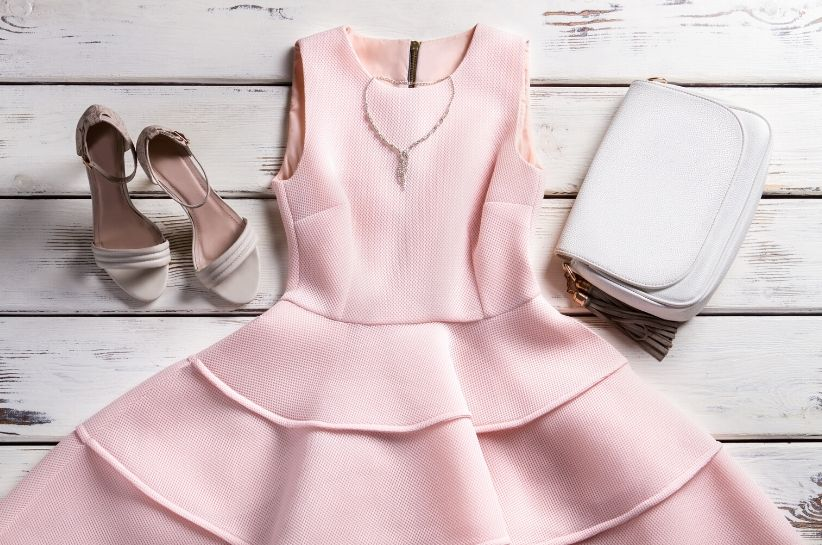 Jak prać i prasować sukienkę z pianki? Niezawodne i bezpieczne metody