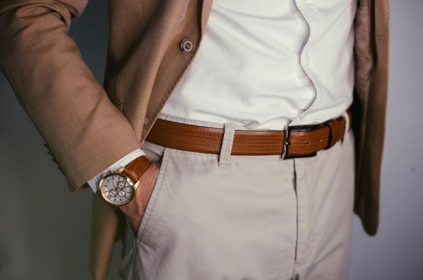 Jaka koszula i dodatki do brązowego garnituru? Kolory, dzięki którym stworzysz spójną, pełną klasy stylizację