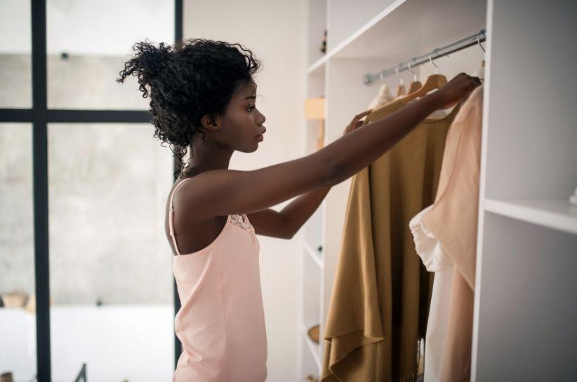 Jakie kolory ubrań pasują do ciemnej karnacji? Lista barw, które musisz mieć w swojej garderobie