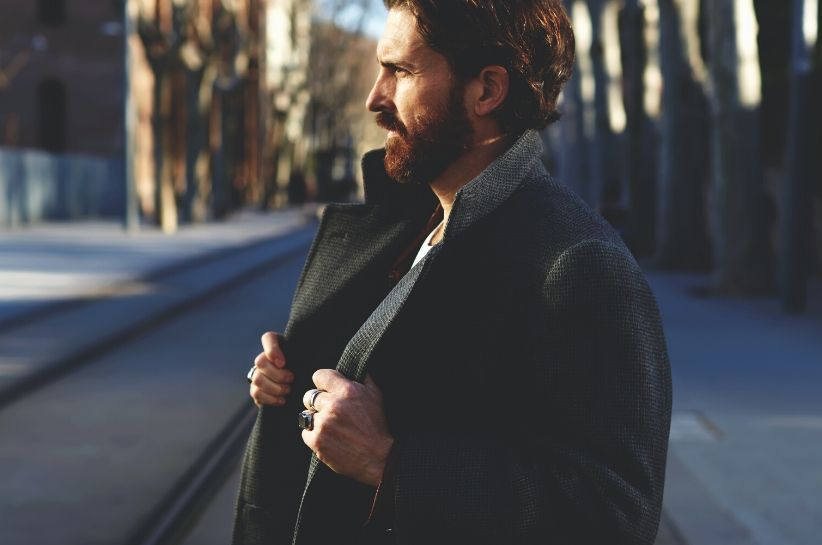 Klasyczna moda męska, czyli ponadczasowy minimalizm. Odkryj proste i niezawodne stylizacje