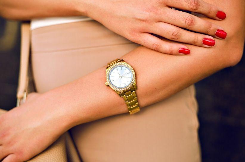Zawsze na czasie: złoty zegarek damski. Odkryj zjawiskowe stylizacje ze złotem w tle